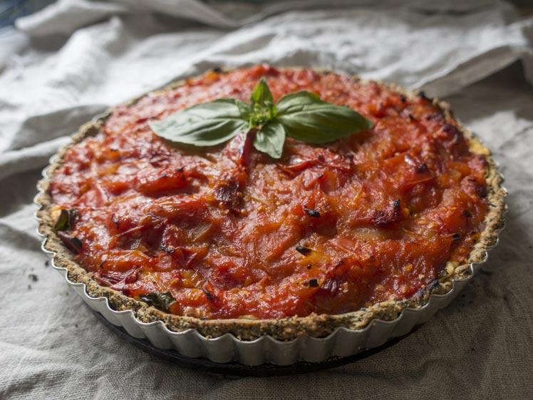 Hartige taart met tomaat en ui